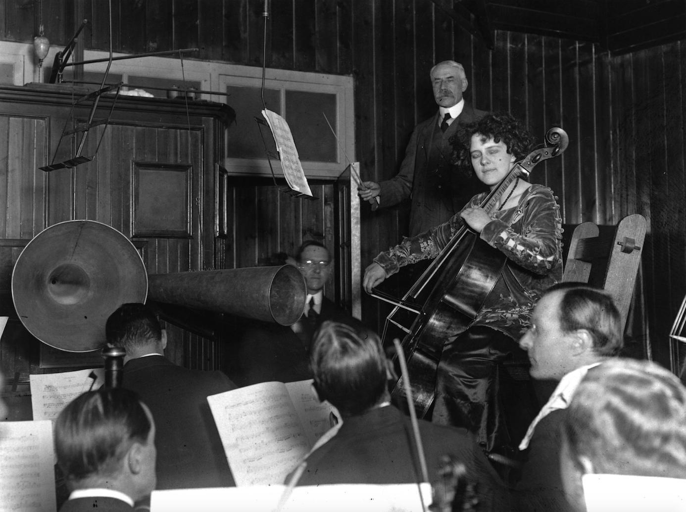 Elgar conducting his cello concerto