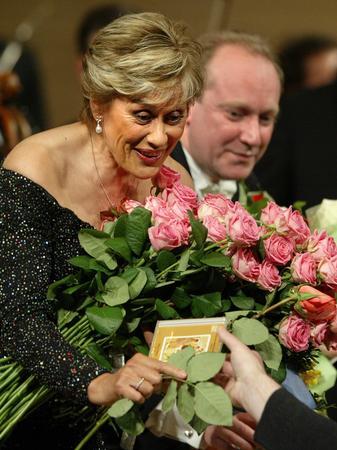 Kiri te Kanawa receives flowers