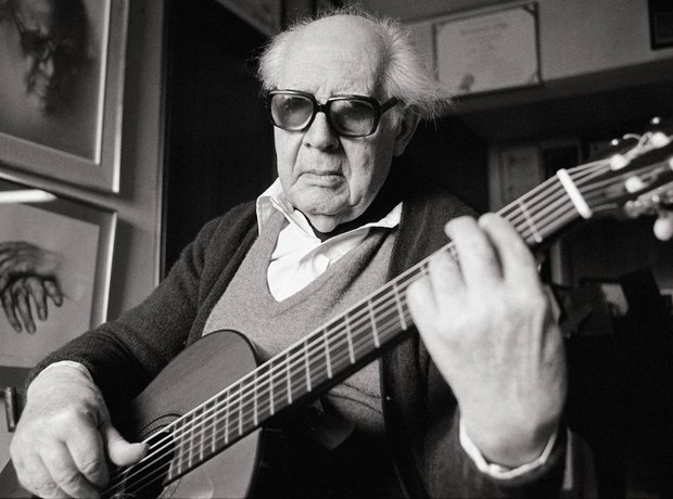 Andrés Segovia playing guitar