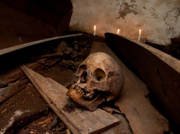 Hamlet skull graveyard