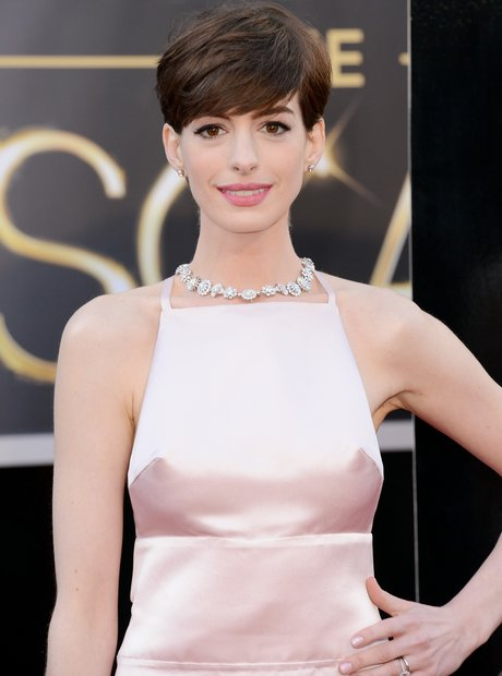 Anne Hathaway attends the Oscars 2013 red carpet