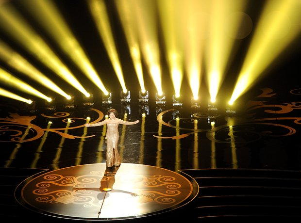 Shirley Bassey performs at the Oscars 2013 awards