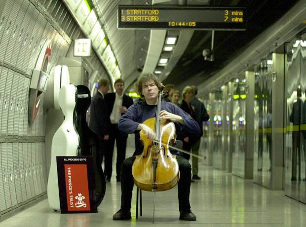 Julian Lloyd Webber cellist busker