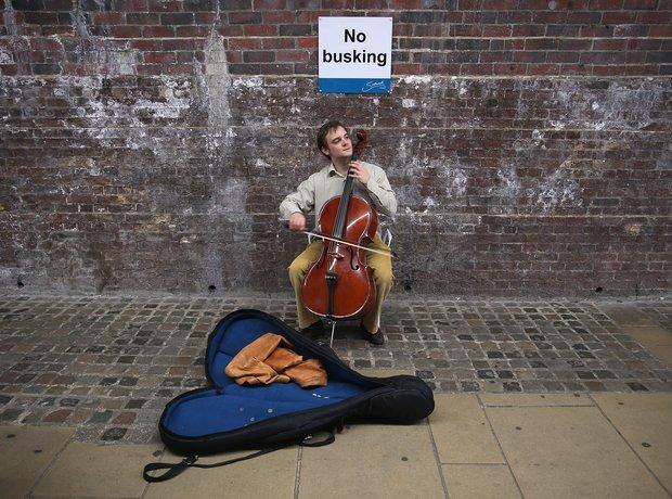 busking cellist