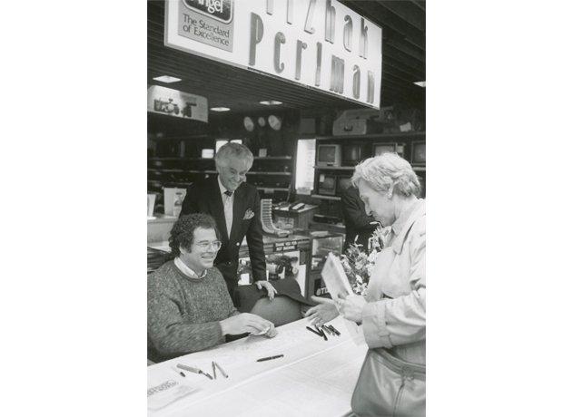 Itzhak Perlman signs autographs