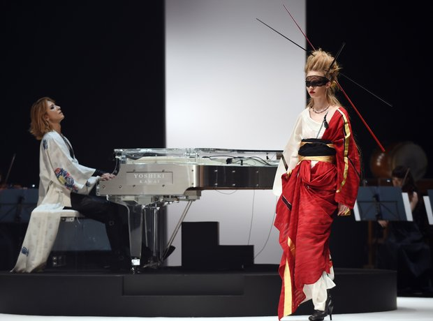Yoshiki plays piano at his own fashion show